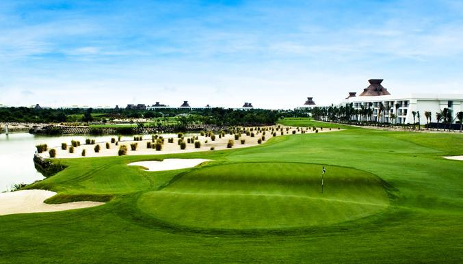 Jugando al golf en la Riviera Maya