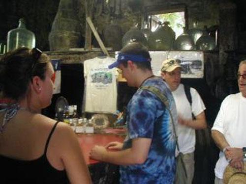 Turistas en la Destileria Callwood